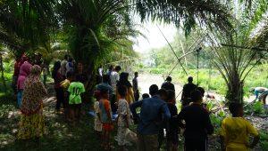 Warga Desa Senaung datang meramaikan tradisi Bekarang.