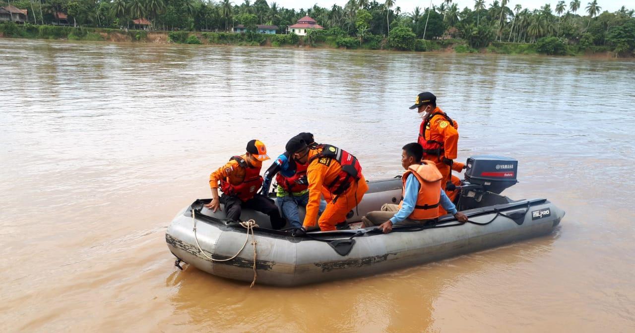 Anggota Basarnas sedang mencari Nenek Muna (75, warga Tebo yang hanyut di Sungai Batanghari. (Kilasjambi.com / dok Basarnas Jambi)